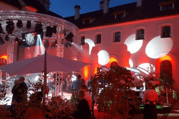 Vilniaus Senamiesčio Širdyje - Išskirtinė Vieta Vestuvėms vestuvių pobūvis vidinimae kiemleyje